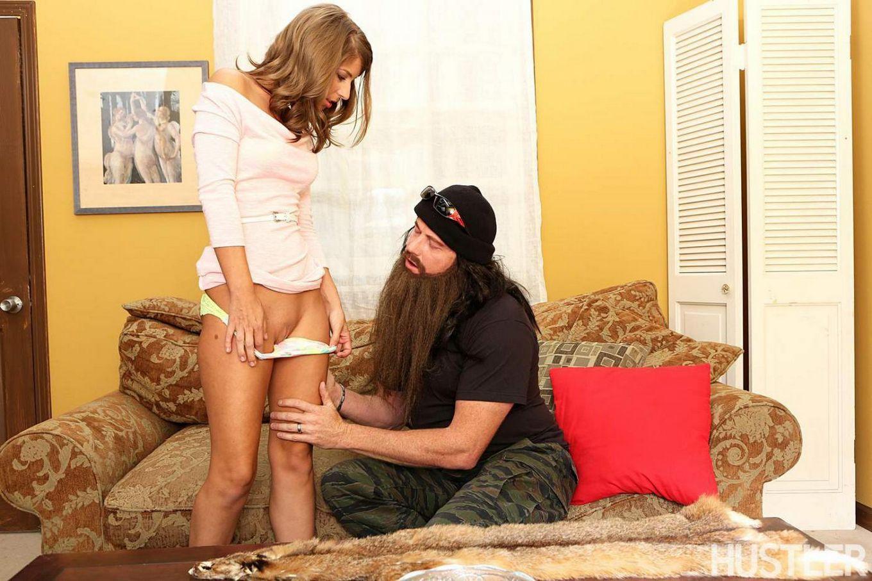 Сексуальная брюнетка Presley Hart позирует, раздевается и дает полизать свою киску