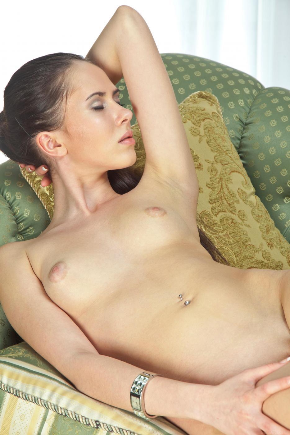Сексуальная горячая брюнетка Margo G раздета догола и хочет клубнички