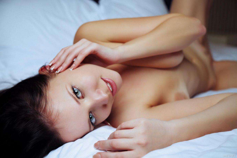Сладкая брюнетка Marica A обнажается, показывая ее отличную бритую киску крупным планом