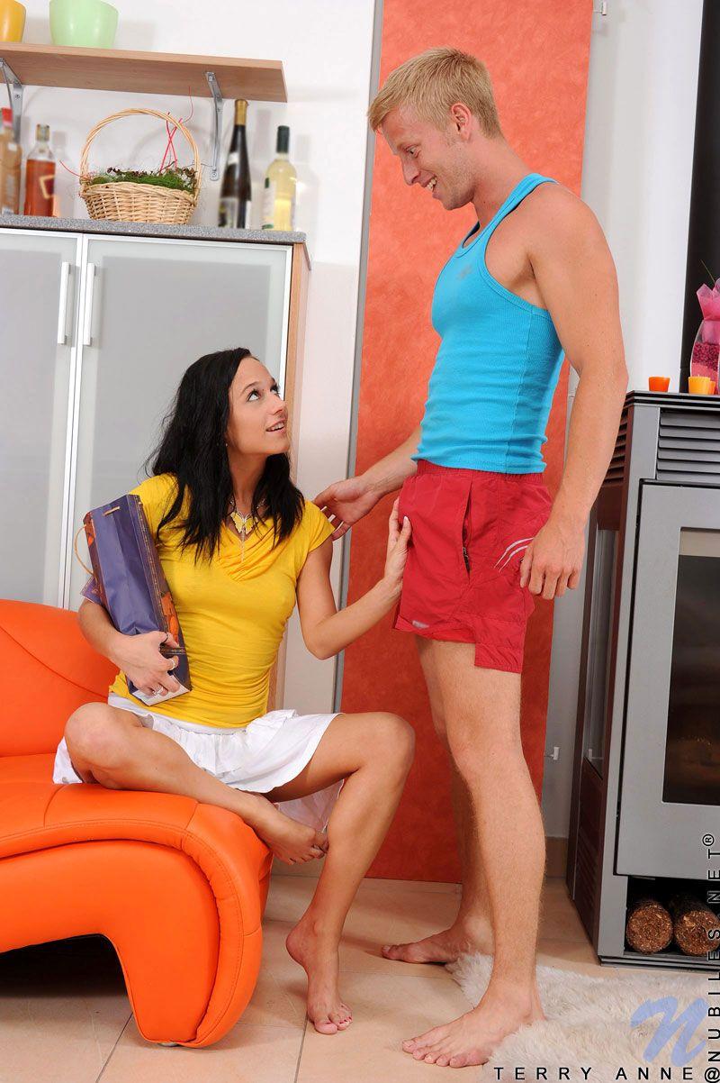 Стройная брюнетка-подросток с сексуальными ножками Terry Anne дает парню трахнуть свою киску