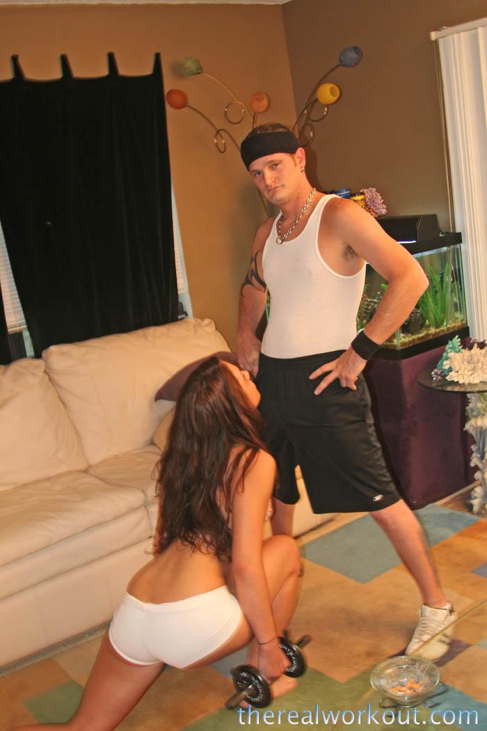 Стройная красотка-брюнетка с маленькой грудью и узкой киской Micah Moore трахается со своим тренером