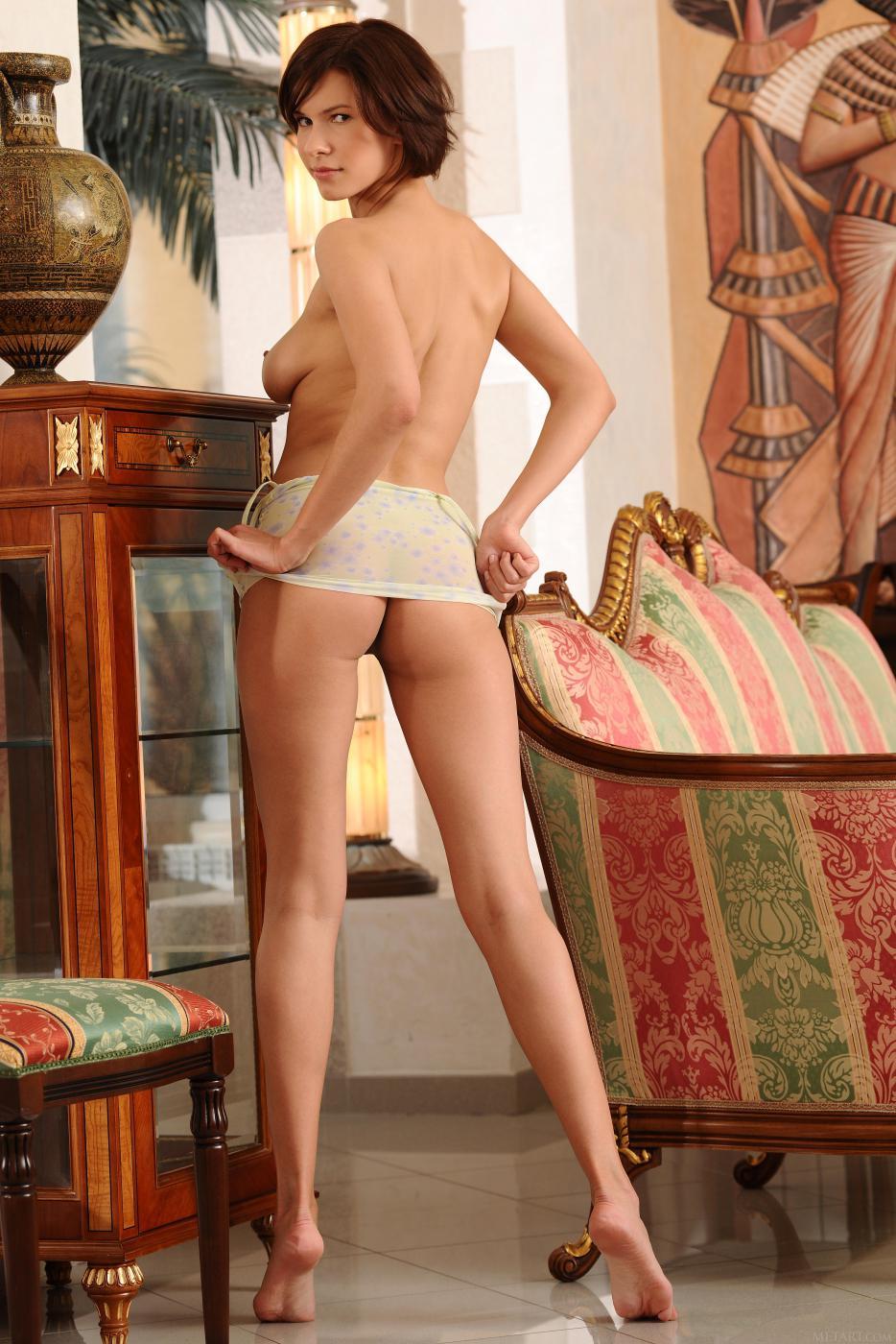 Восхитительная брюнетка, возбуждающая своим видом Suzanna A показывает титьки и киску