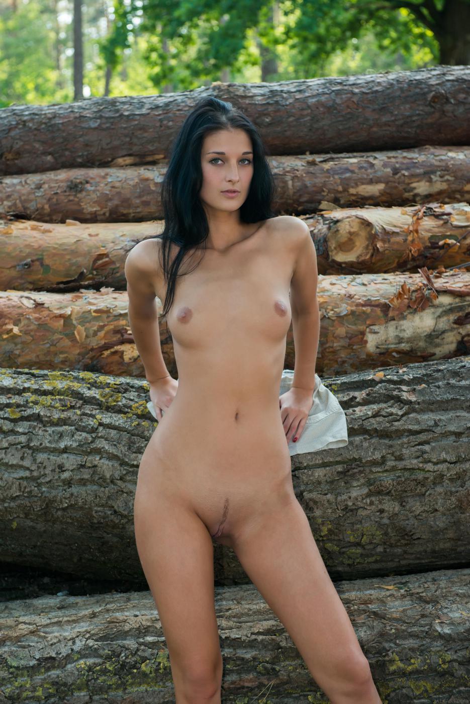Возбужденная брюнетка Katya AC не стесняется показывать свое нагое тело на природе
