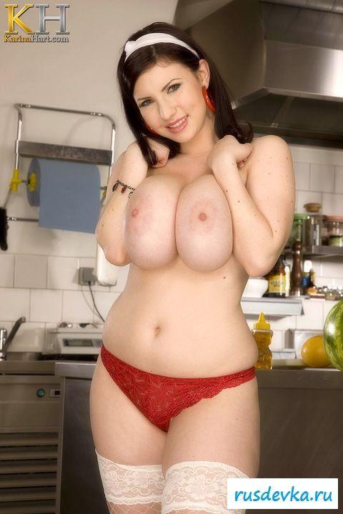 Домохозяйка готовит ужин в нижнем белье