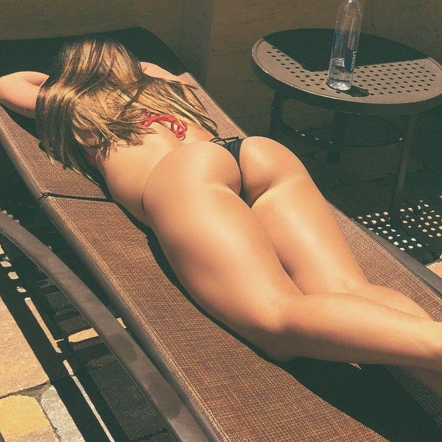 Голые задницы стройных девиц в домашних условиях