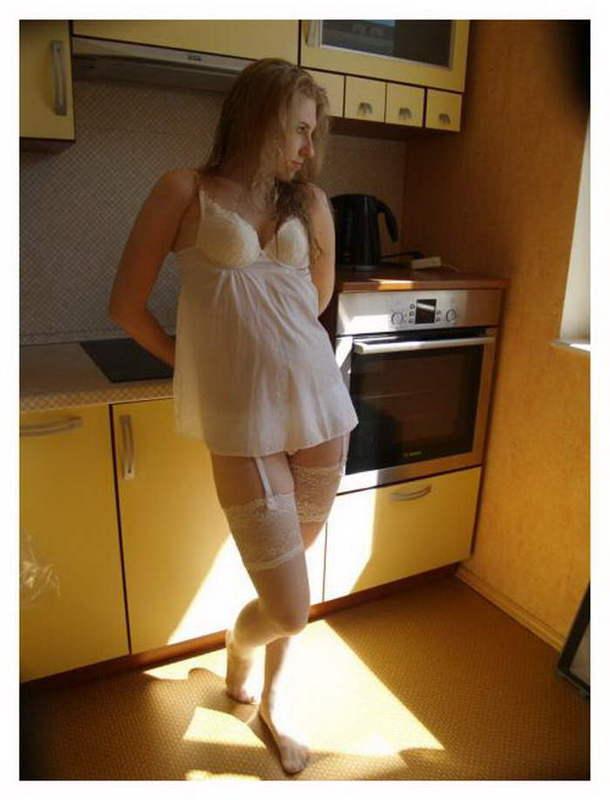Красивая славянка в нижнем белье позирует дома