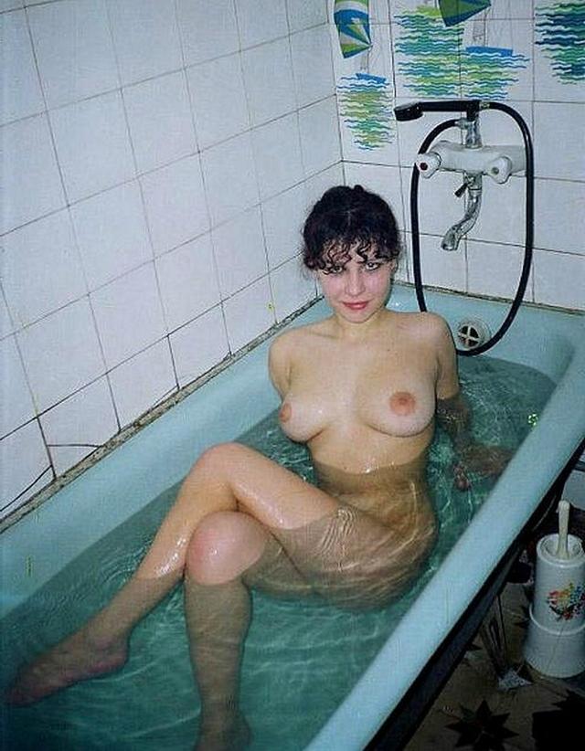 Молодые сексуальные девушки принимают ванну