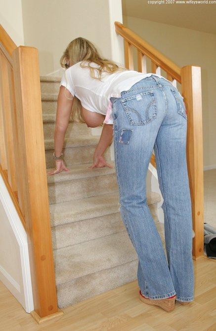 Сиськастая жена показывает дойки своему мужу на лестнице