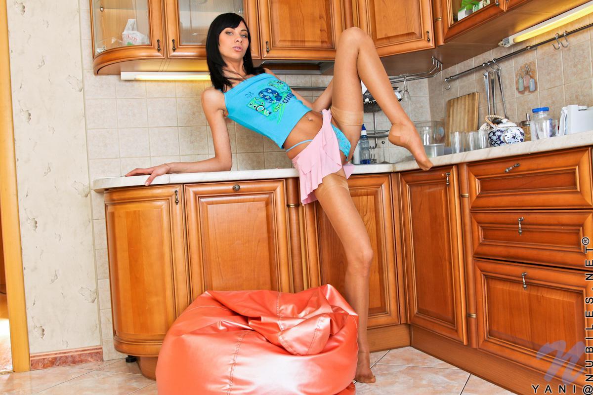 Стройная девочка-подросток с темными волосами Yani Nubiles раздевается и мастурбирует с леденцом на кухне