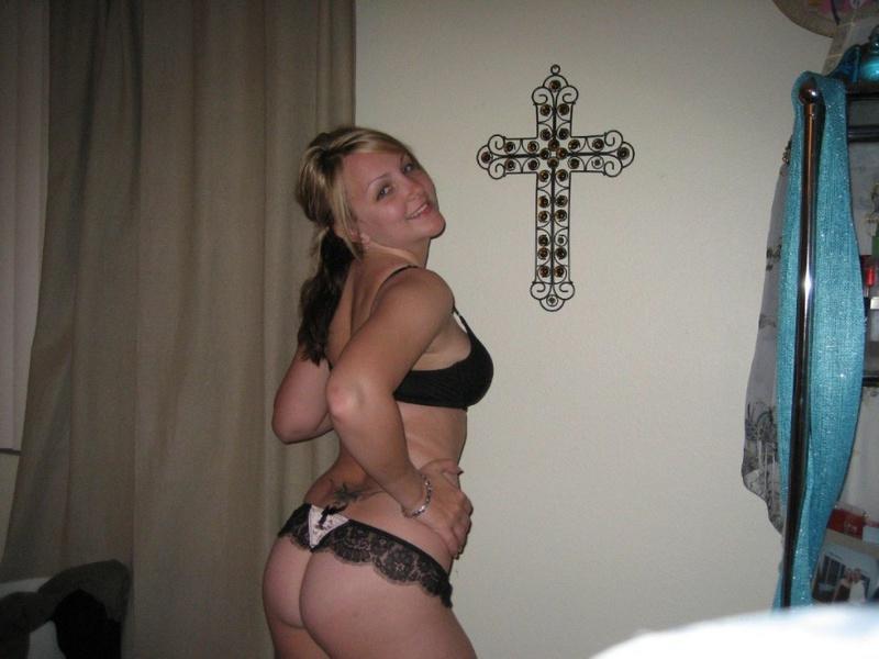 Татуированная телка снимает кружевное бельё в спальне