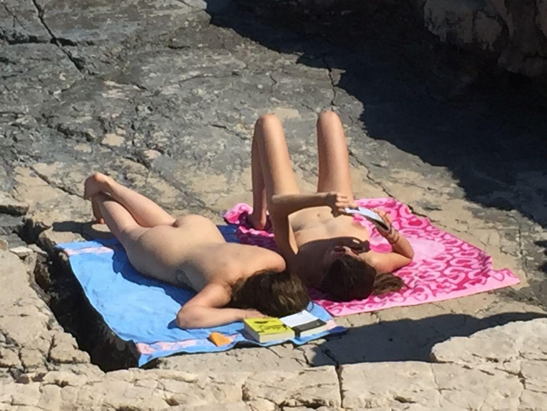 Две боснийки загорают голыми