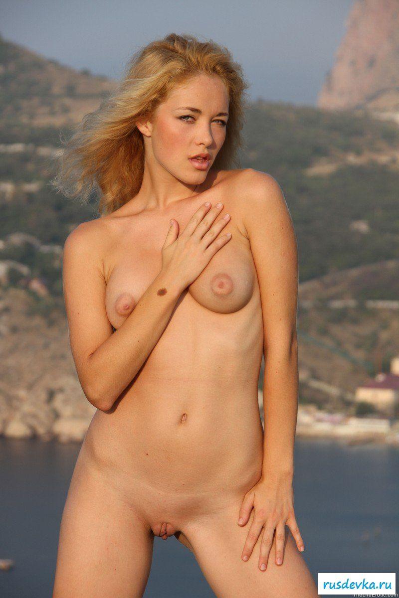 Голая девушка в горах