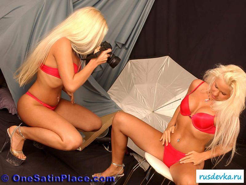 Голые девушки близняшки фотографируют друг друга