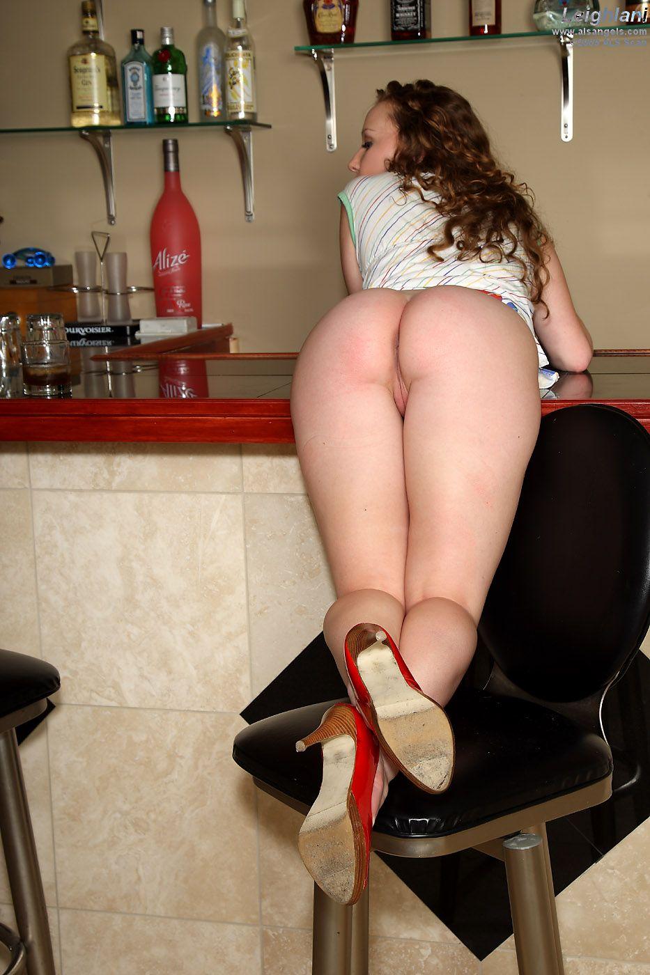 Красивая лесбияночка с кудрявыми волосами Leighlani Red дает трахнуть свою безволосую киску кулаком