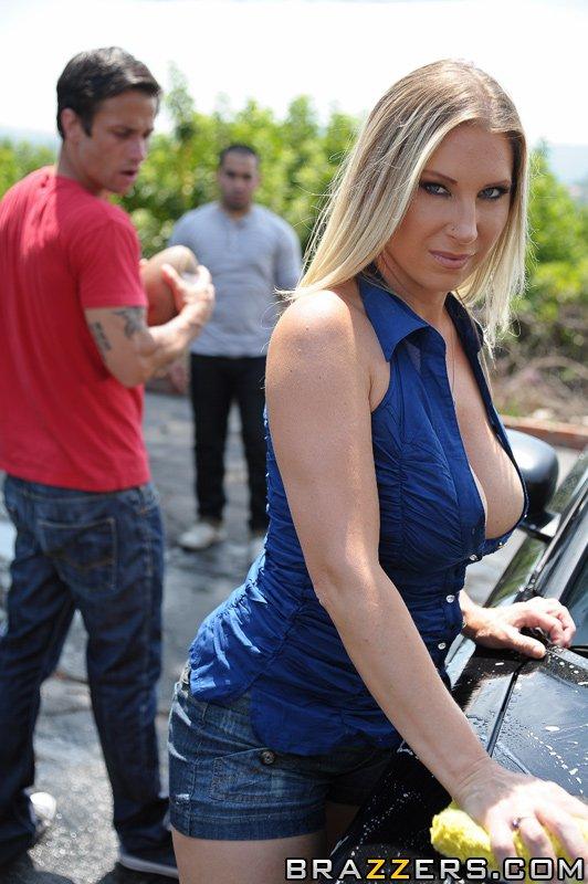Кудрявая большегрудая мамочка Devon Lee обнажается и принимает хуй после мытья машины