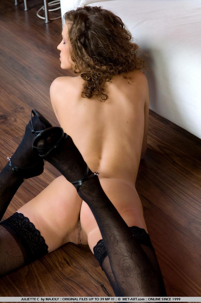 Кудрявая подтянутая модель Anna Mary в черном нейлоне показывает свою тугую киску
