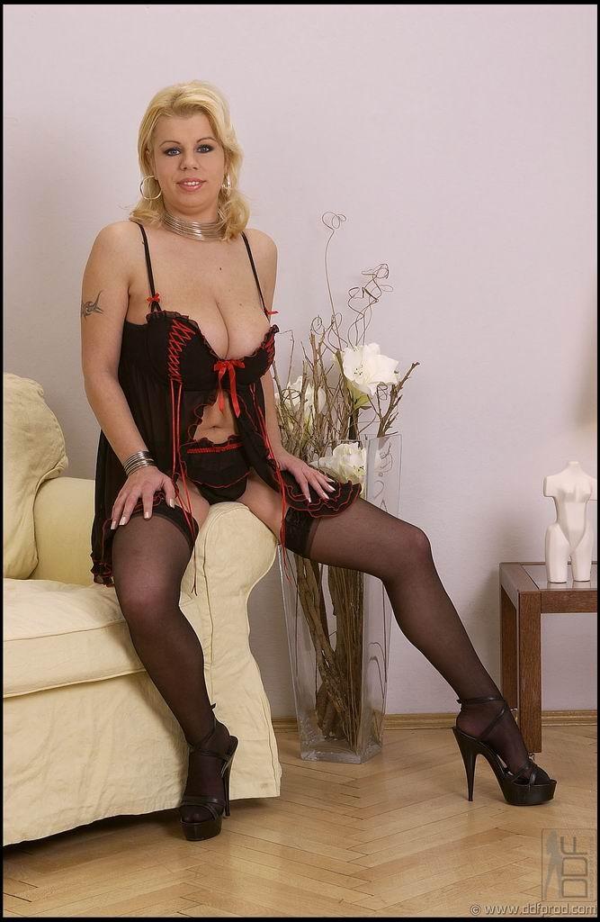 Сисястая блондинка хочет раздеться, она снимает белье и даже чулки, чтобы остаться полностью голой