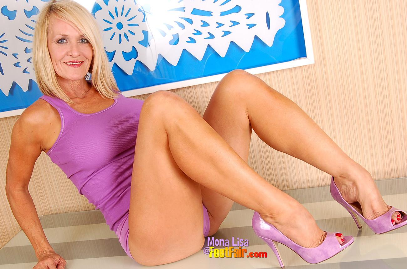Зрелая модель Мона Лиза с элегантными ножками
