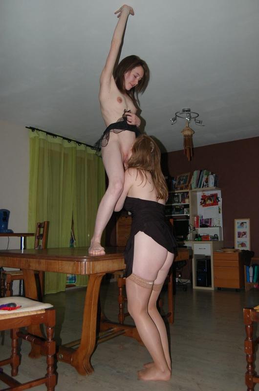 Две подруги дома практикуются в куни и минете