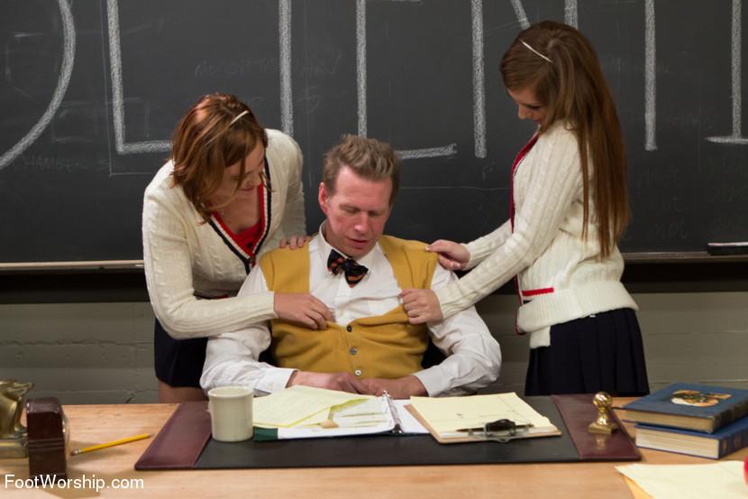 Две студентки доминируют над преподом