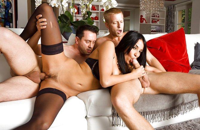 Похотливую жену трахают вдвоем с другом на диване