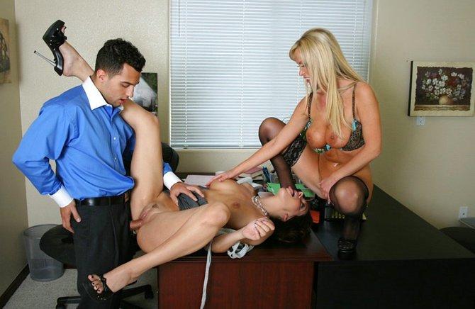 Похотливые телки трахаются в офисе с коллегой