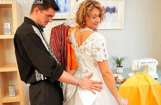Роскошную невесту выебали друзья мужа и обоссала девка