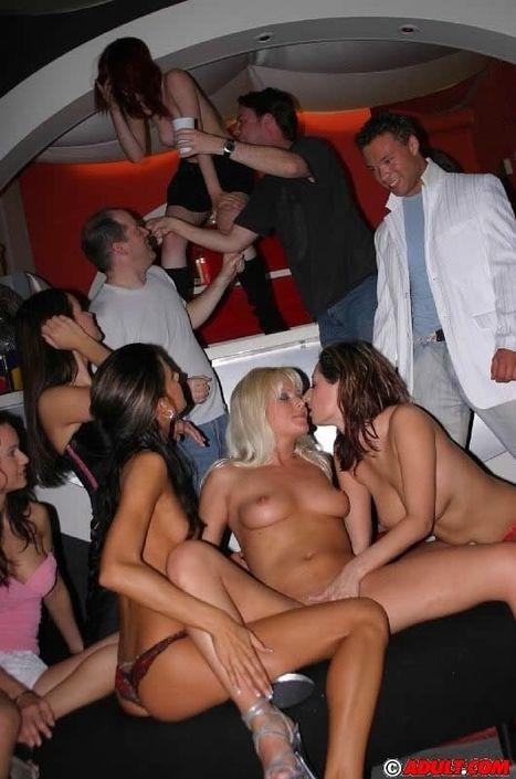 Симпатичные девушки на вечеринке разошлись не нашутку и ебутся в групповушке
