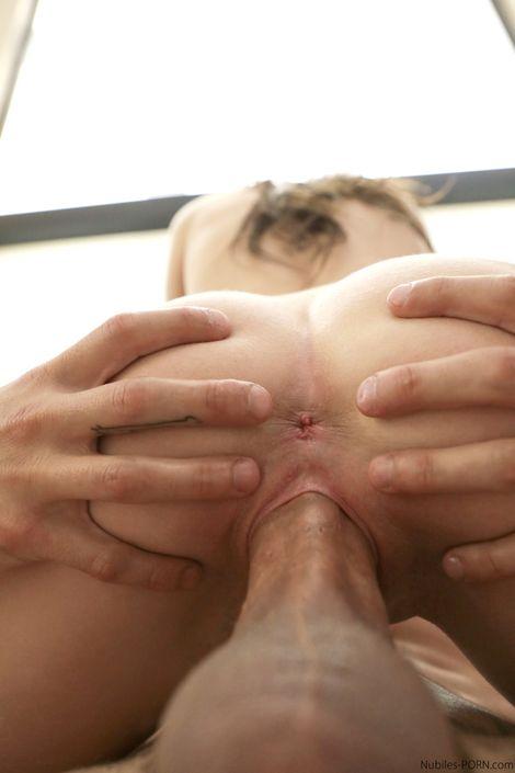 Аппетитная молодая телочка Nina Nirvana трахается в гостях у парня