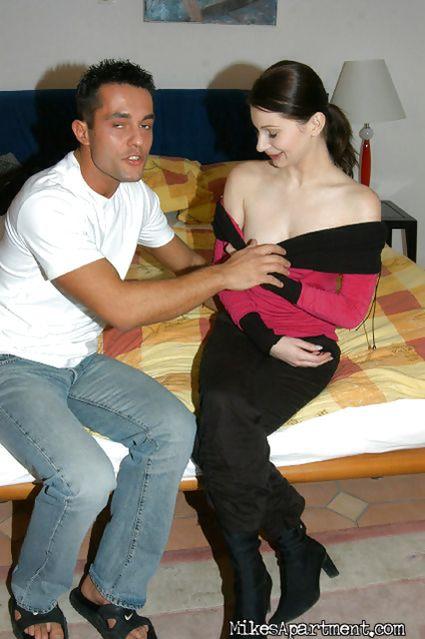 Чувственная брюнетка с нежными сиськами любит страстный секс