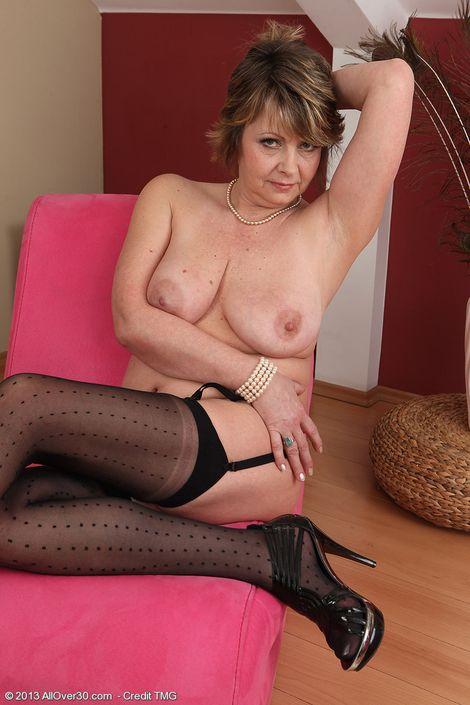 Матюрка сняла с себя одежду и показала обвисшие сиськи и слегка мохнатую киску
