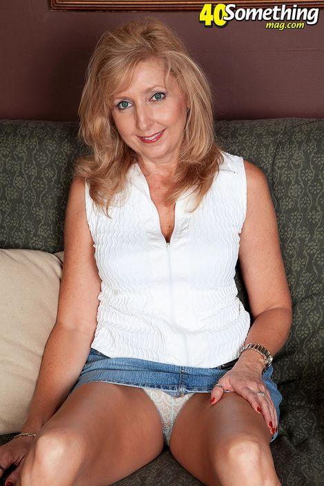 Шикарная голая мадам возрасте за 40 лет позирует своей тугой попкой
