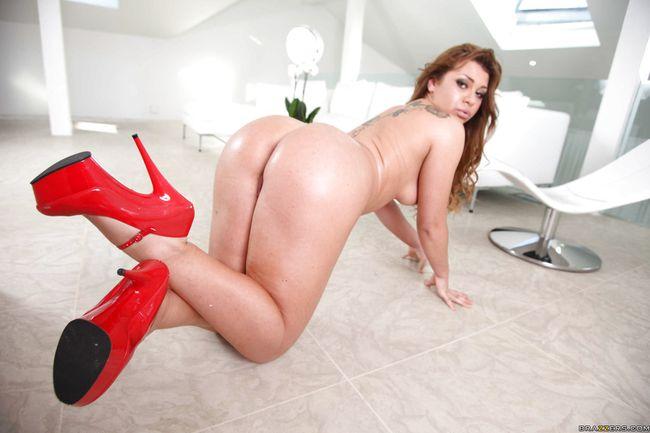 Симпотная шлюшка в красных туфлях знает все об анальном сексе