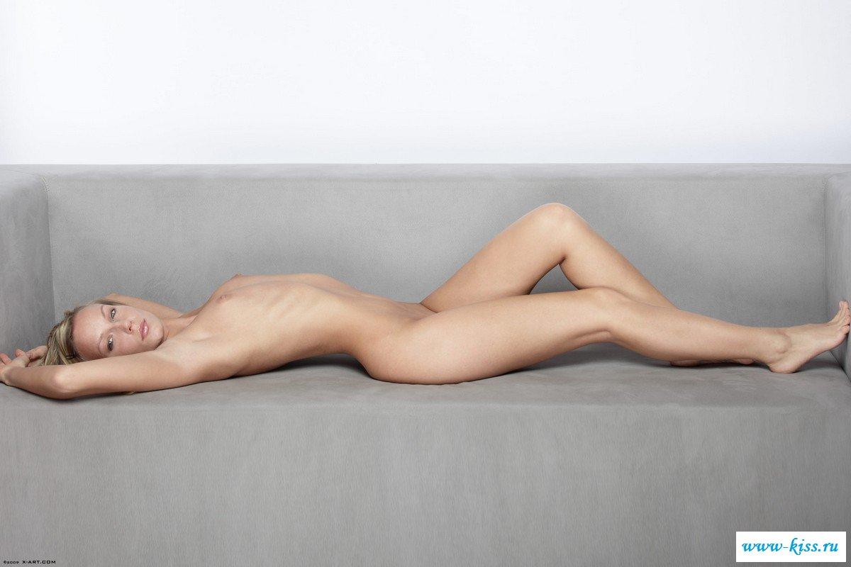 Блондиночка в обнаженке ждет массажа