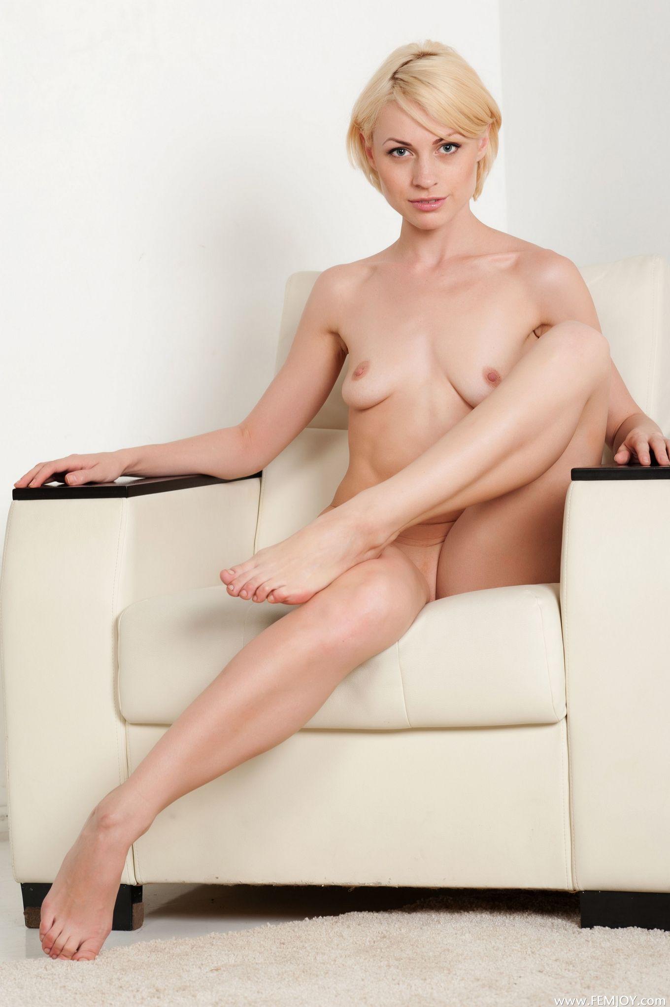 Голая блондинка с короткими волосами