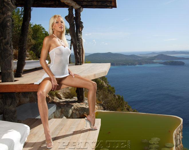 Худая европейка Justine Ashley в просвечивающем платье