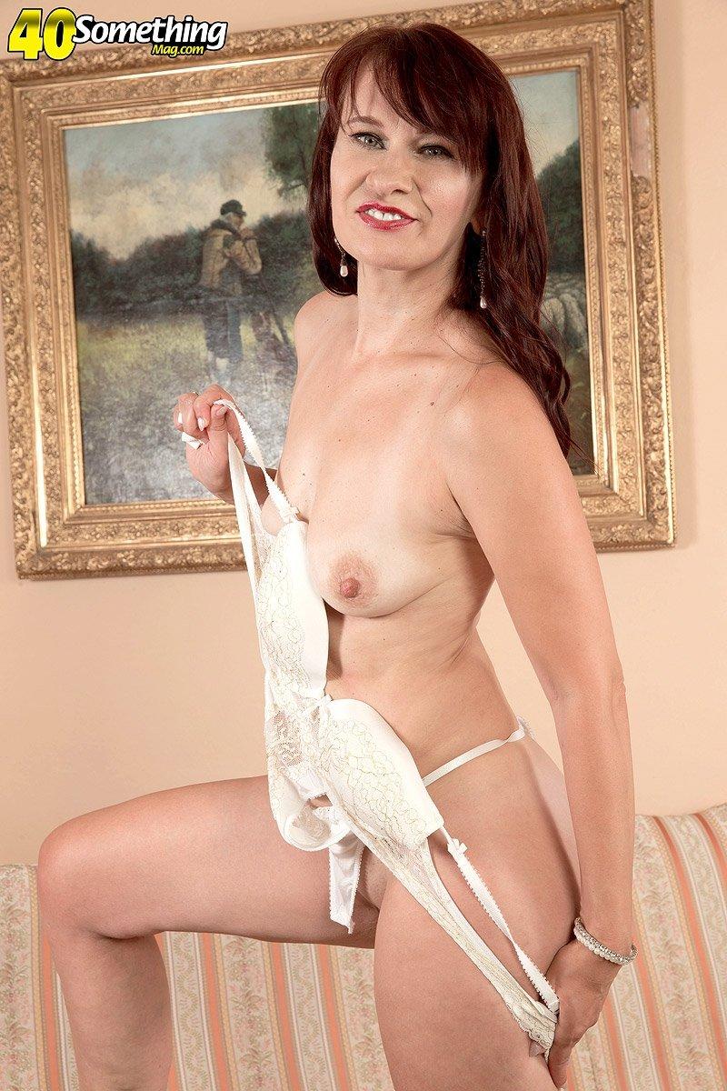 Брюнетка снимает свое нижнее белье, исполняя эротический стриптиз для своего возлюбленного