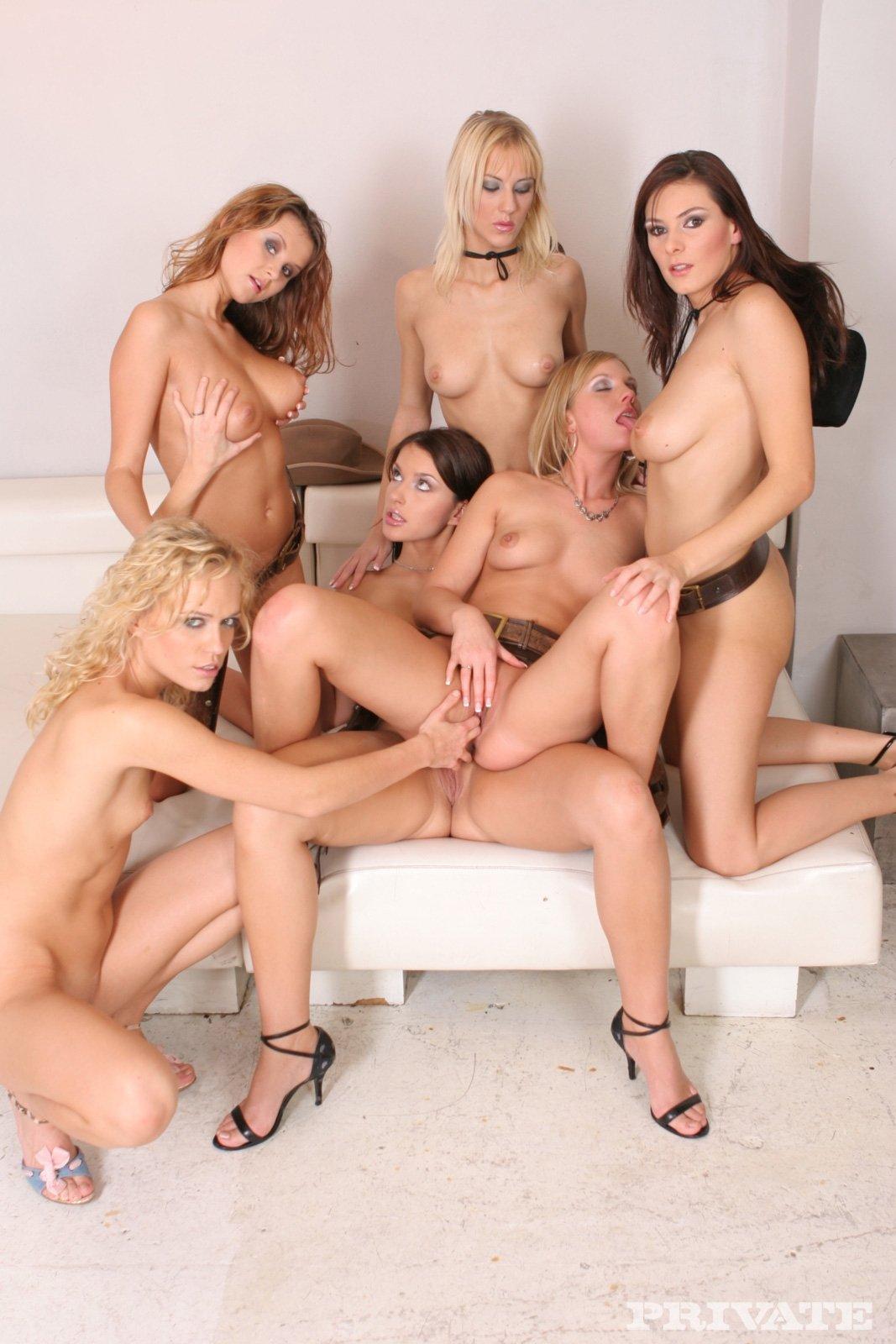 Оргия лесбиянок с игрушками из секс-шопа, голые девушки трахаются и кончают