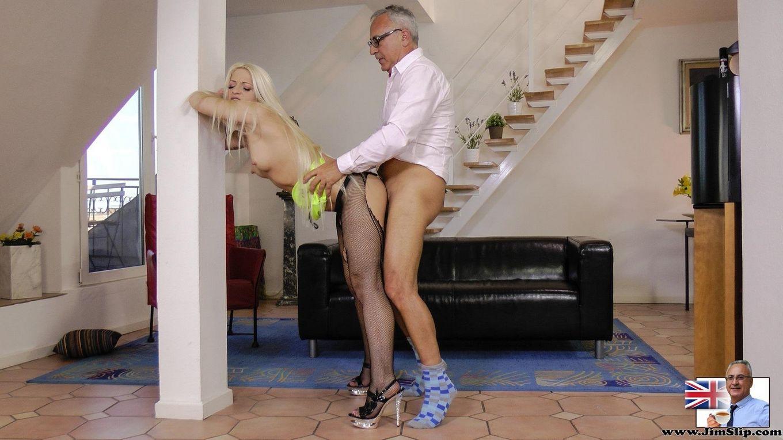 Зрелый мужик поебался с сексуальной блондинкой в порванных чулках