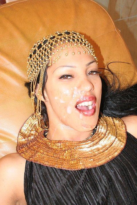 Испачкал лицо спермой арабки из гарема