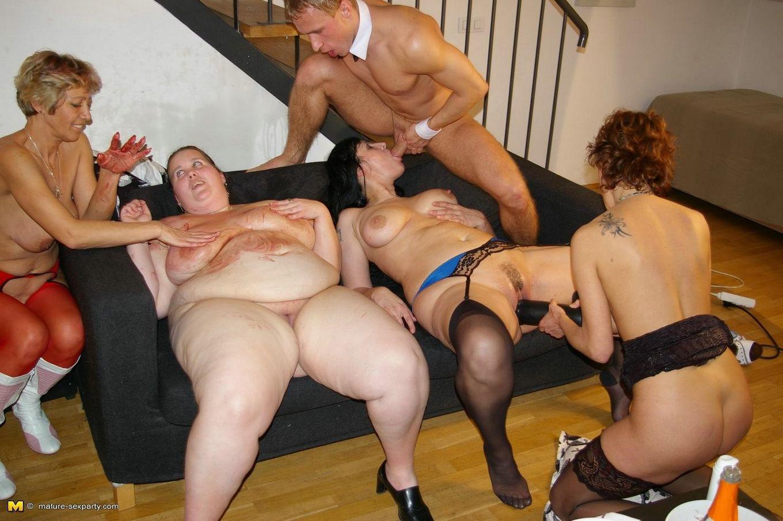 Четыре пожилые бляди на одного молодого стриптизера