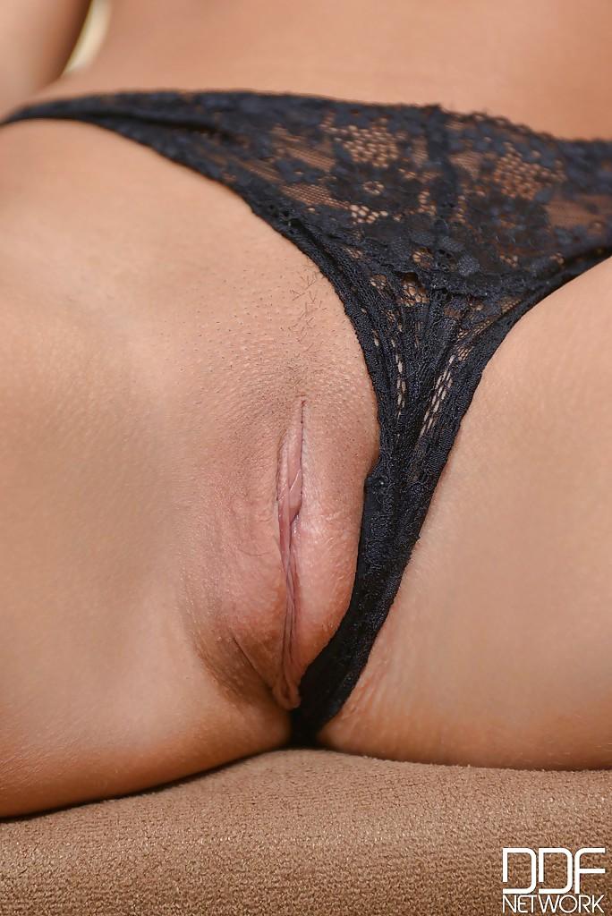Цыпочка позирует в кружевных трусиках, показывая бритую киску