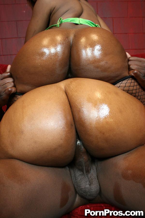 Две жопастые негритянки и большой черный член