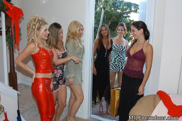 Групповая лесбийская оргия молодых женщин соседок