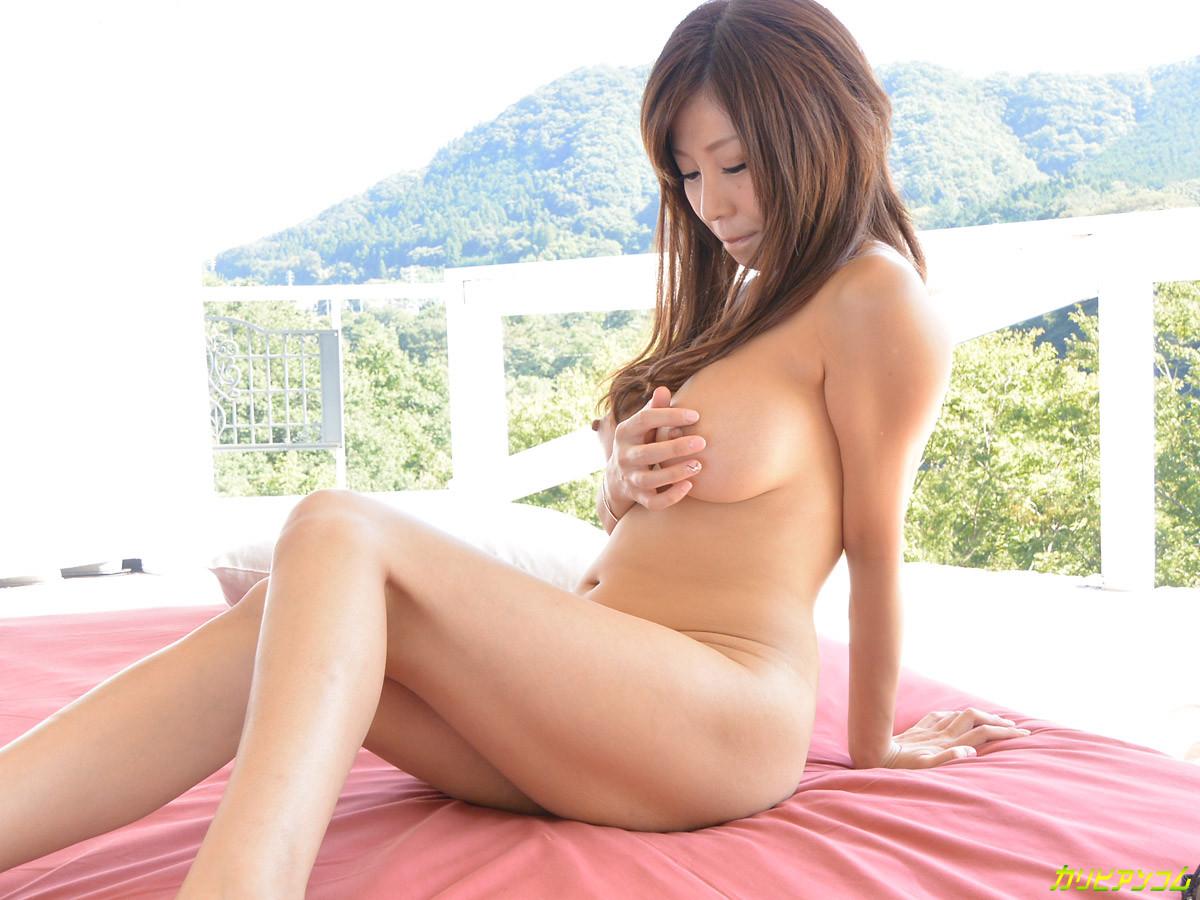 Японская красотка с большим удовольствием мастурбирует бритую киску
