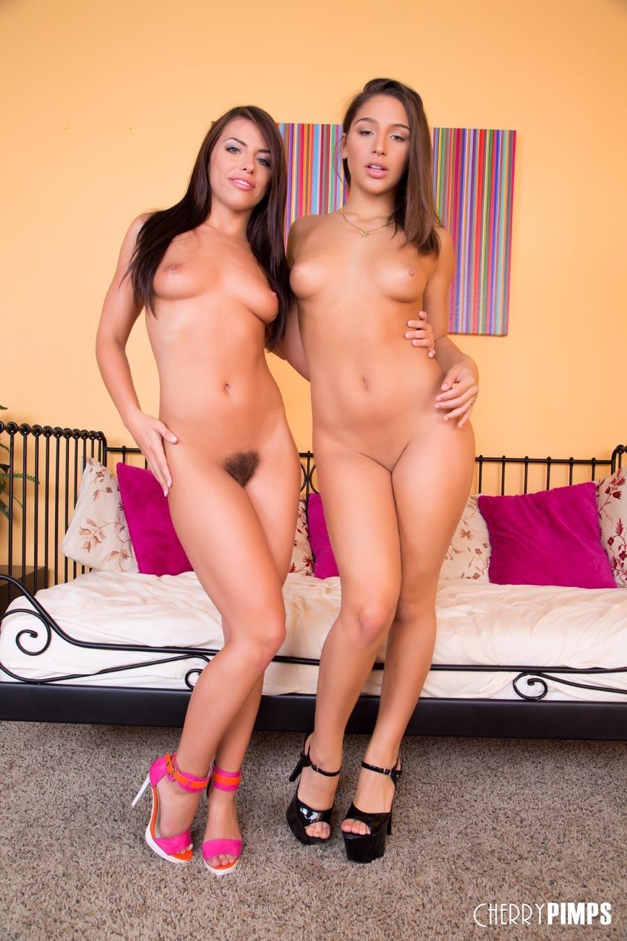 Лесбиянки друг друга трахают дилдо