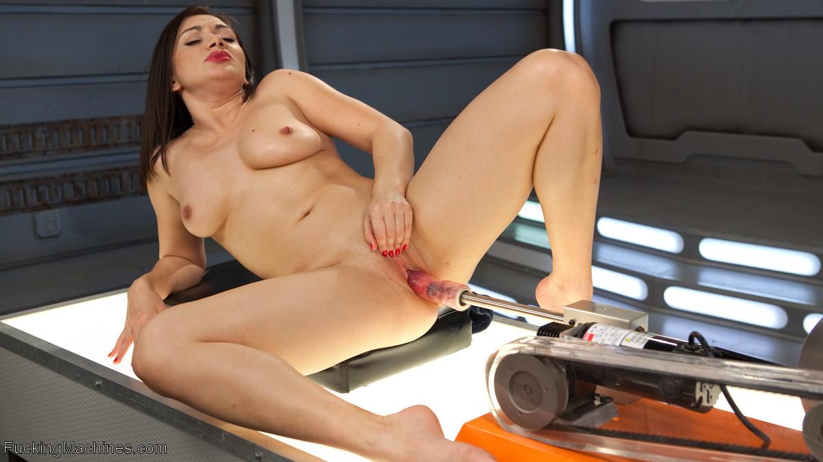 Лиа Лексис хочет трахаться только ради своего удовольствия, для этого отлично подойдут секс машины