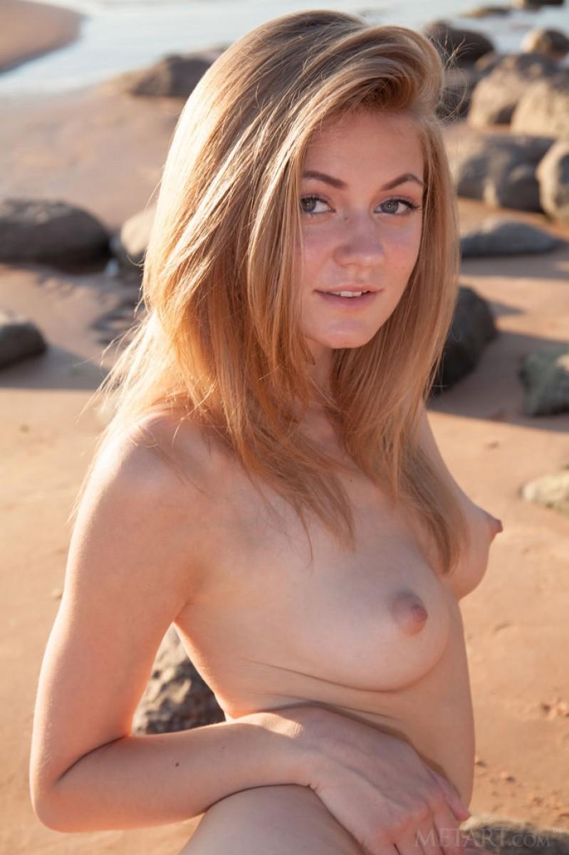 Мария Пай позирует на пляже, снимая с себя всю одежду