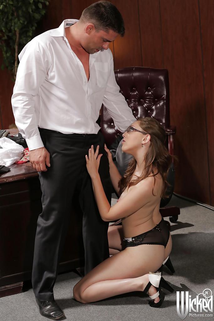 Начальник выебал секретаршу на рабочем месте и кончил ей в рот