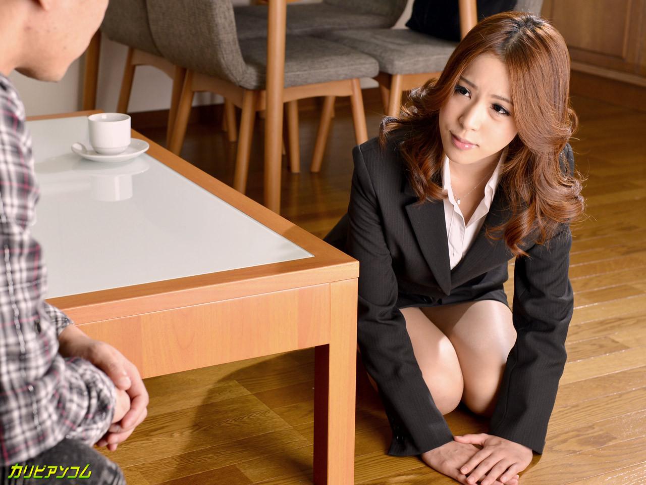 Парень дрючит японскую студентку на кухонном столе